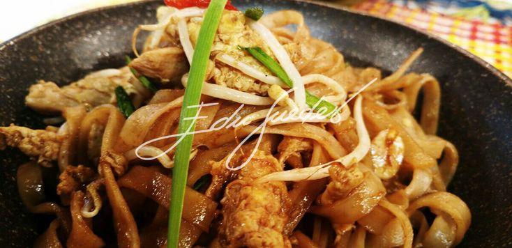 Frite os frangos com o óleo de gergelim em uma wok bem quente. Acrescente os ovos e deixe ficar em textura de pedaços. Junte o molho (shoyu, mascavo, nan plá e tamarindo). Coloque a massa e salteie…