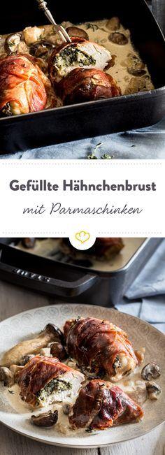 Alles aus einer Form: Diese Hähnchenfilets werden mit Spinat und Parmesan gefüllt, in Schinken gewickelt und von Pilzen in würziger Sahnesauce begleitet.