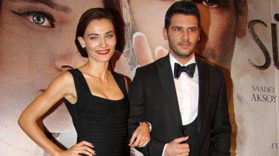 Başrollerini Tolgahan Sayışman ile Saadet Işıl Aksoy'un paylaştığı 'Sürgün' filminin galası, önceki akşam Maslak TİM Show Center'da yapıldı. http://www.diziler.com/haber/tolgahan-sayismanin-cevap-veremedigi-soru