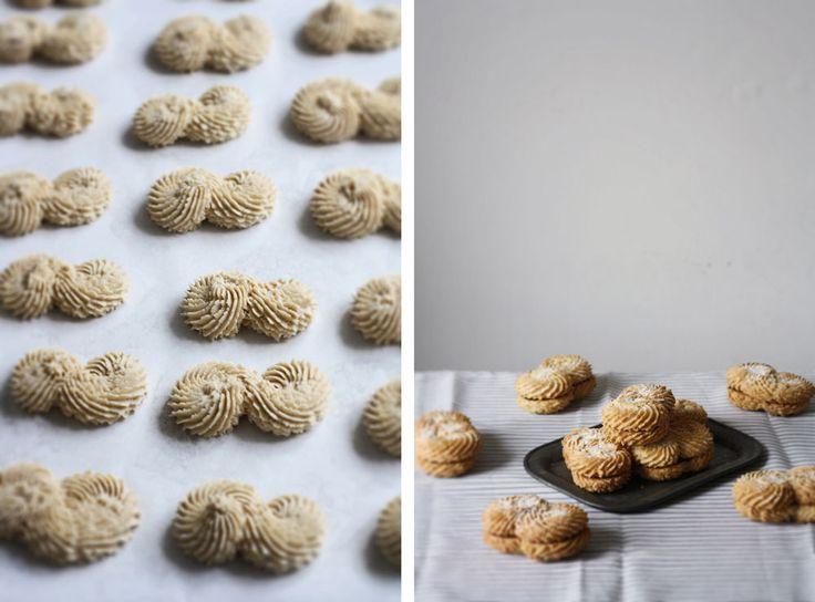 Křehoučké máslové sušenky slehkou chutí arašídů vkontrastu shořkou čokoládovou ganache, kterésemi skoro rozpadají vrukách. Kdo byodolal? Snad jenalergik.