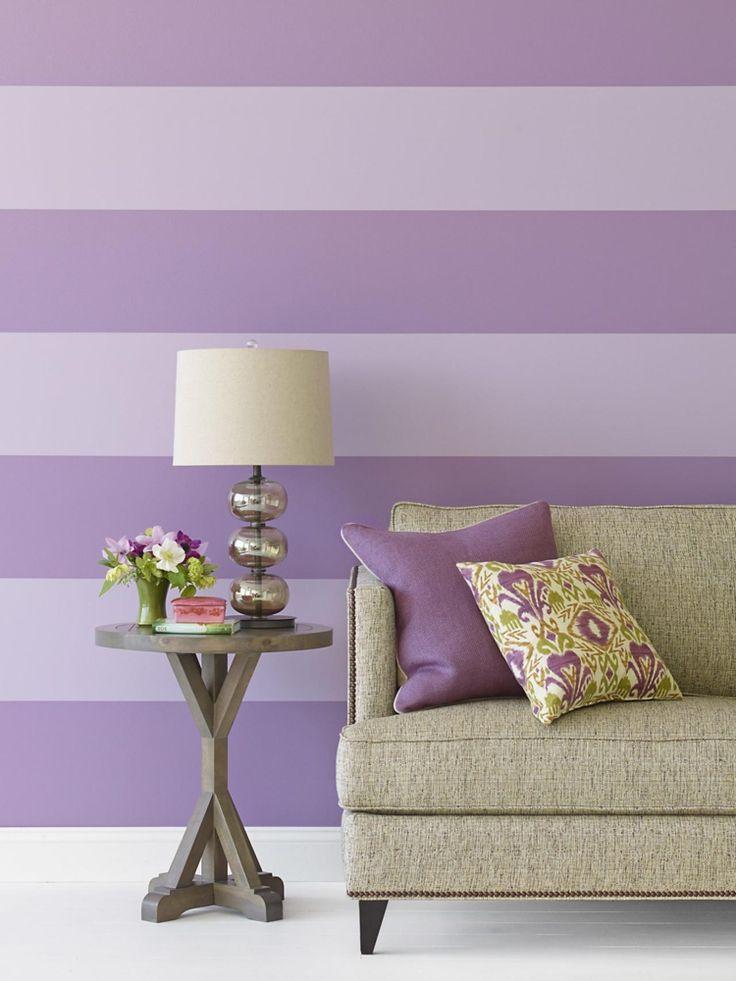 papier peint à rayures horizontales lilas, table d'appoint en bois massif et coussins design à arabesques