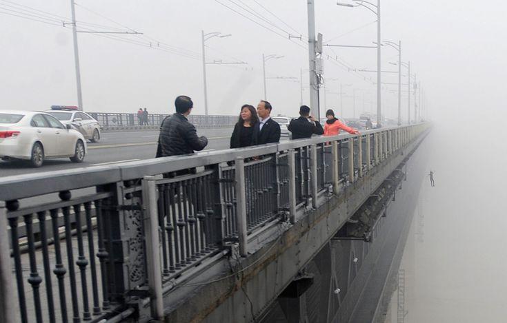 Una persona salta de un puente al río Yangtsé. Una pareja joven se tiró al río, uno tras otro, en la bruma del miércoles 27. Según medios locales, la policía ha asegurado que no han aparecido y que la posibilidad de encontrarles con vida es escasa.