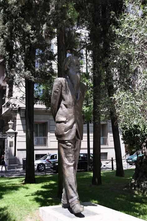 Monumento a Ramón de Valle Inclán en el Pº de Recoletos, Madrid.