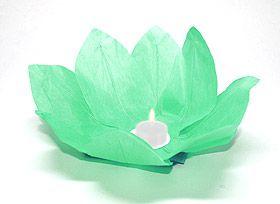 Magiques, ces fleurs lampions en papier qui flottent sur l'eau ou se posent sur vos tables ou buffets. En Asie, et plus particulièrement en Thaïlande, les invités sont conviés à déposer ces lanternes sur l'eau et formulent en même temps un voeu de bonheur. On les appelle ainsi les Lanternes du Bonheur !. Lanterne flottante lotus Thai verte