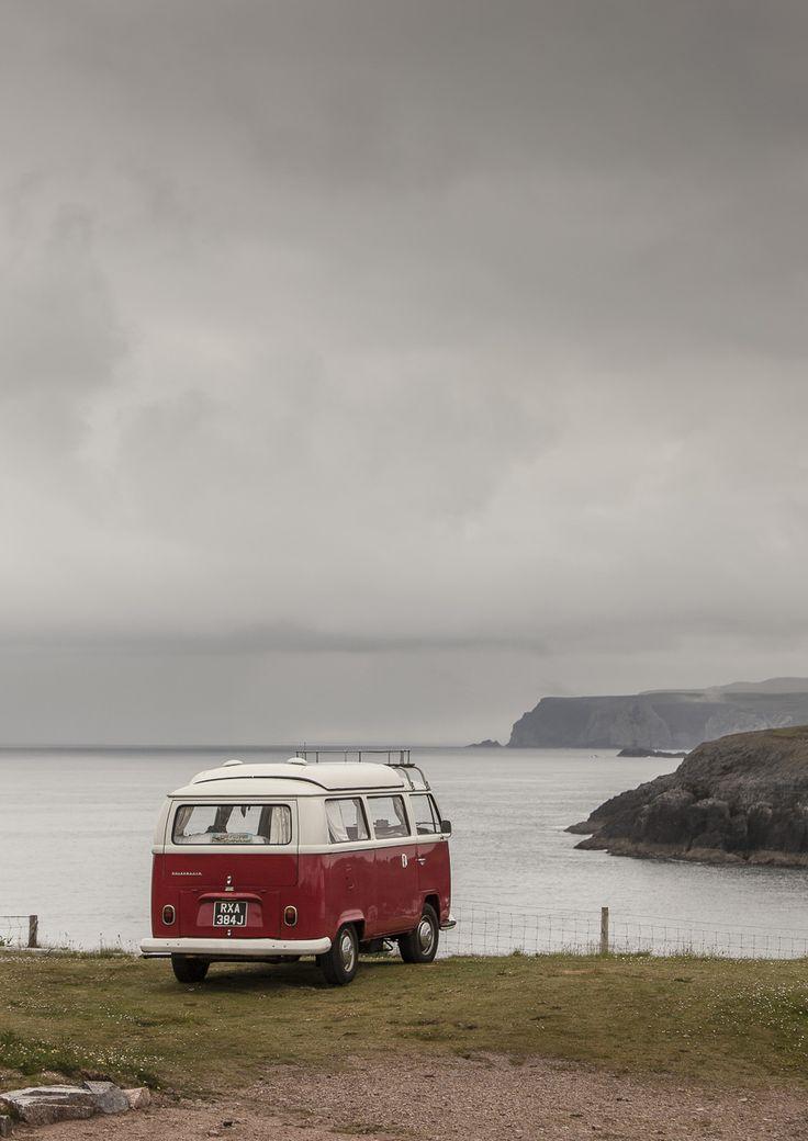 Plakat af rød autocamper i Skotland - Foto Factory