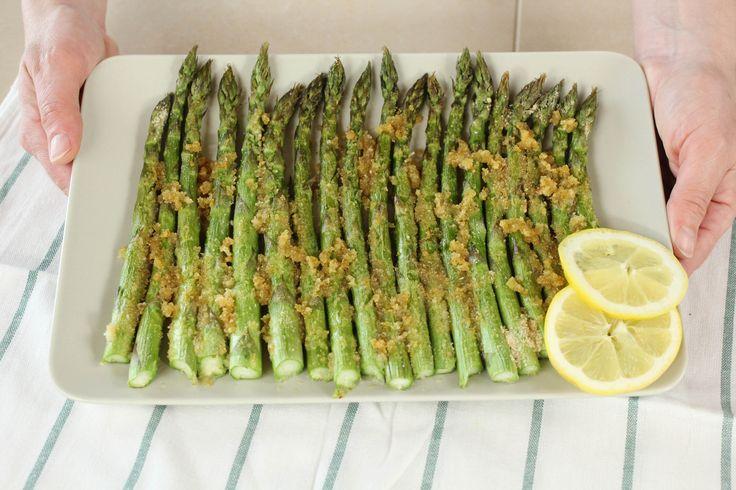 Gli asparagi al forno sono un contorno o antipasto molto sfizioso e semplice da preparare. Vediamo insieme la ricetta facile e veloce.