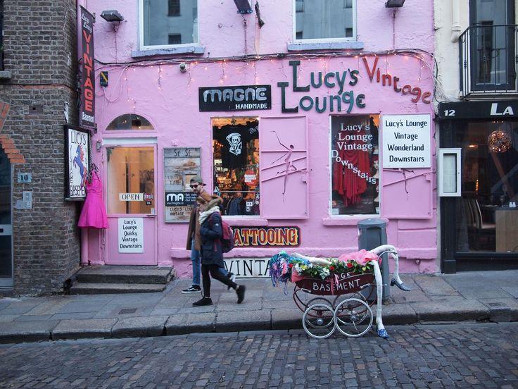 Dublinista löytyy lukuisia hyväntekeväisyyskauppoja (charity shops). Myös toinen toistaan ihanampia vintageen keskittyviä kauppoja on tarjolla. Erityisesti Temple Barista ja Creative Quarterin alueelta löytyy uniikkeja ja söpöjä putiikkeja. Lauantaina kannattaa suunnata Ha´Penny Vintage & Craft Markettiin The Grand Socialiin (35 Lower Liffey Street). Retroja huonekaluja, vintage-vaatteita, vinyylilevyjä ym. Kiertele ja tee löytöjä Guinness-tuoppi kädessä. Tässä lista …
