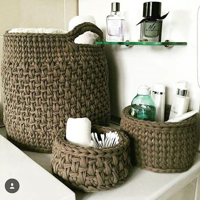Cestos organizadores lindos para deixar a bancada do banheiro mais organizada  ... Via @art.sity #cestosorganizadores #basket #trapillo #tshirtyarn #totora #crochet #fiosdemalha #cestos #decoracao