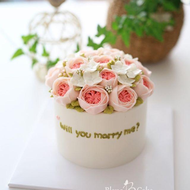 새해 첫날 의미있는 프로포즈를 준비하신 예비신랑분~ 결혼 축하드립니다. 두분 앞날에 사랑이 가득하길 바랄게요~^^* . . . #블랑비케이크 #플라워케이크 #블라썸 #웨딩케이크 #부케 #플라워케이크클래스 #작약 #기념일 #플라워케익 #케이크 #디저트 #먹스타그램 #weddingcake #프로포즈 #베이킹 #케익스타그램 #꽃스타그램 #버터크림플라워케이크 #럽스타그램 #합정 #클래스 #flowercake #cake #꽃케이크 #buttercreamcake #buttercream #class #koreanflowercake #peoney