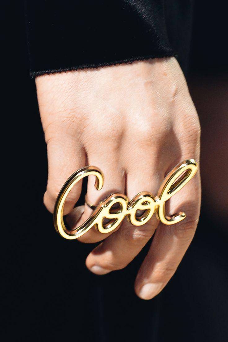 Detalle del maxi anillo con la palabra Cool de Lanvin.