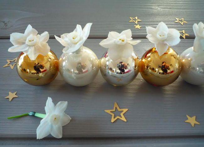 Faire des soliflores avec des boules de Noël - suggestion de présentation