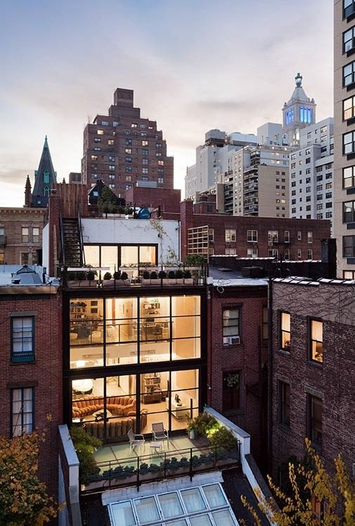 Now here's a city home I would love to have, especially if the roof top was a part of it.
