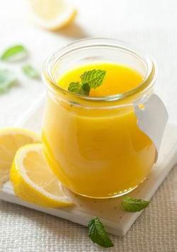 A lemon curd ízig-vérig angol találmány. A selymes, bársonyos, magával ragadó citromkrém a XIX. század közepe óta meghatározó eleme az ötórai tea szertartásának, fontos alapanyaga számos angol süteménynek.