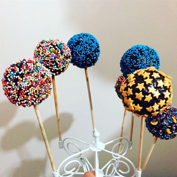 Кейкпопсы: шоколад, цукаты, шоколадная крошка, орешки, очень вкусные шарики! Любят и дети и взрослые !