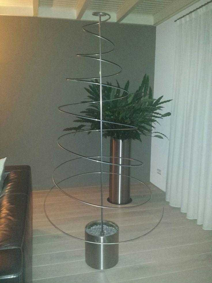 """Onze Kerst Spiraal is op deze ingezonden foto reeks van een klant, prachtig bewerkt tot een stijlvolle Kerst spiraal.Aan de hand van deze foto reeks wordt erg helder vertelt hoe de """"make over""""in stappen is gegaan. Hier is geen gebruik gemaakt van onze voet, maar van een stijlvolle planten bak. Een hele mooie combinatie!"""