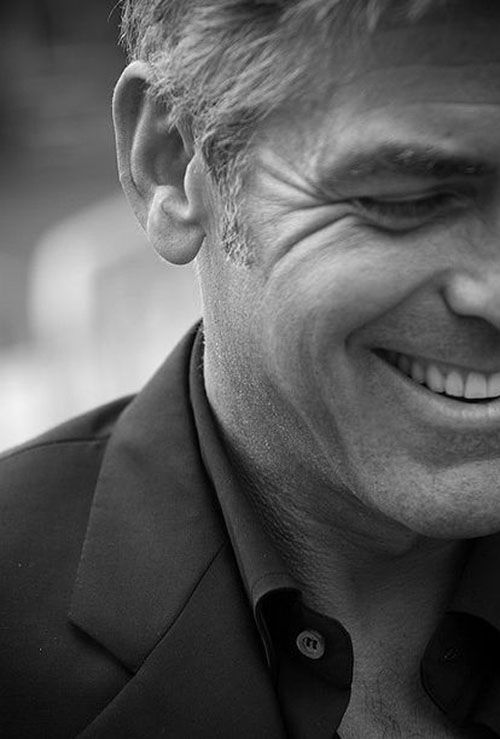 George Clooney will never be ugly. Man, man, man.. Wat een lach!