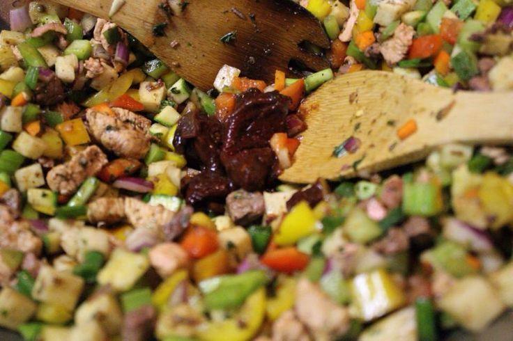 Preparación de discada de camaron; ajo picado, perejil y poco aceite de olivo. Poco chorizo y tocino para sazonar el camaron, 8 onzas de camaron chico desvenado, pimientos morrón de 4 colores diferentes, calabacita verde y amarilla, cebolla morada, jicama, apio, cebollita de rabo Sal y pimienta al gusto Cominos molidos, soya, jugo Maggi, polvos de ajo y cebolla. Chipotle al gusto Bañar con queso rayado