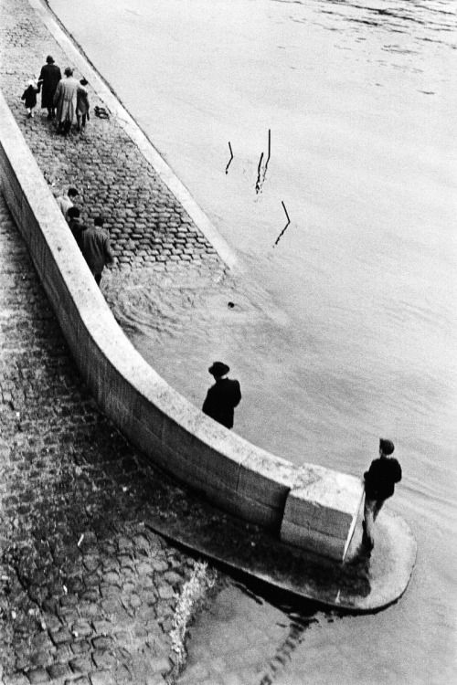 along the seine river, paris, 1959 [original]© sergio larrain, from paris magnum