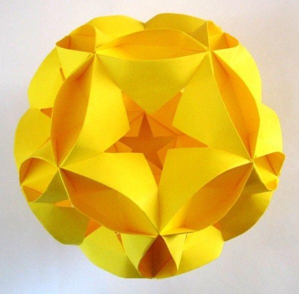 Miyuki Kawamura.  Кусудама (яп. 薬玉, букв. «лекарственный шар») — бумажная модель, которая обычно (но не всегда) формируется сшиванием вместе концов множества одинаковых пирамидальных модулей (обычно это стилизованные цветы, сложенные из квадратного листа бумаги), так что получается тело шарообразной формы. Как вариант, отдельные компоненты могут быть склеены вместе. Иногда, как украшение, снизу прикрепляется кисточка.