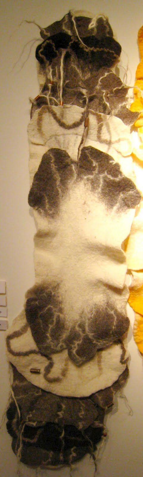 Ensamble Onalaer.  Cuello realizado en fieltro de lana merino, con intrevenciones de piezas de orfebrería. Fieltro: Alejandra Rodríguez / Orfebre: Nora Grinberg. Muestra Experimentación en Fieltro Artesanal, C.A.A.T. agosto 2011