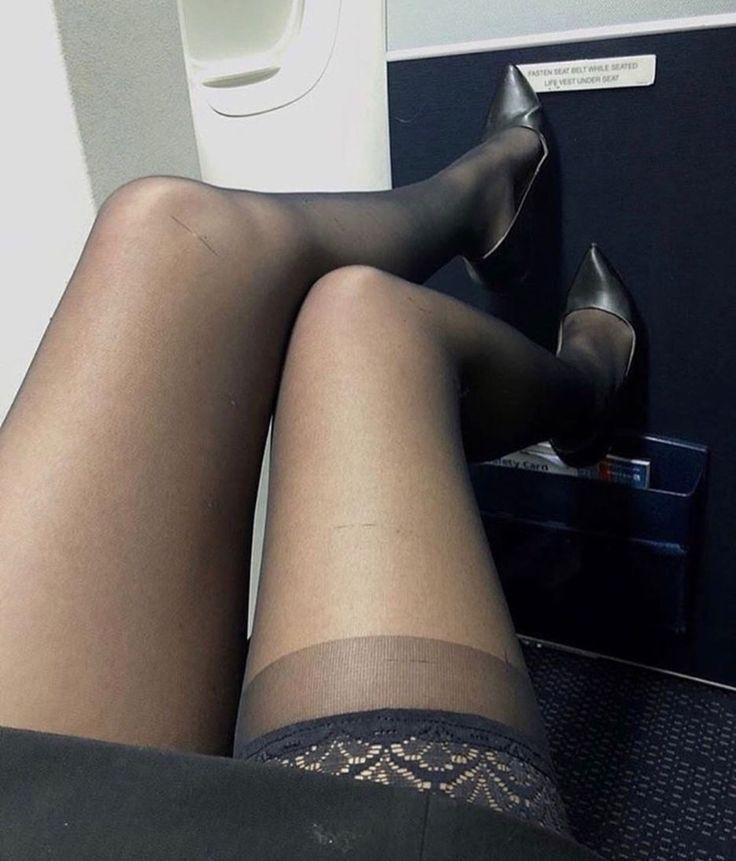 делающее свою ножки под столом в чулках фото моего