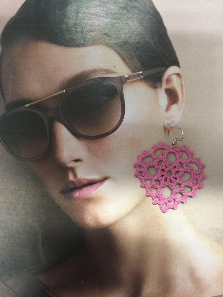 orecchini all'uncinetto,dipinti a mano nei toni del rosa i e vetrificati.A forma di cuore grande