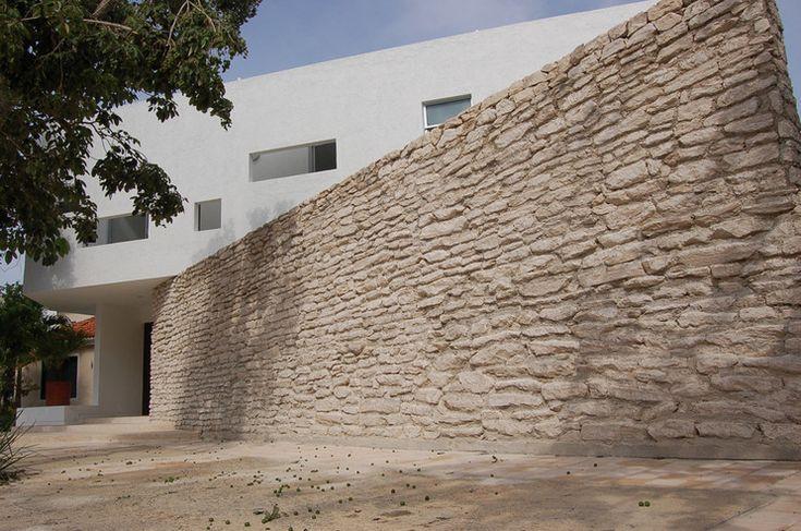 멕시코 카리브해 지역에 있는 열대 밀림으로 에워싸인  주거지역에 자리 잡은 주택입니다.  이  지역의 전형적인 일반주택양식인 돌담과 같은 건축 요소와 현대건축요소들이 융합되어  외관을 특징짓는 요소로 작용하였습니다.     모든 인테리어가 외부로 개방되어 있어 널찍하고 상쾌한 느낌이  들도록 하였으며, 돌출구조..