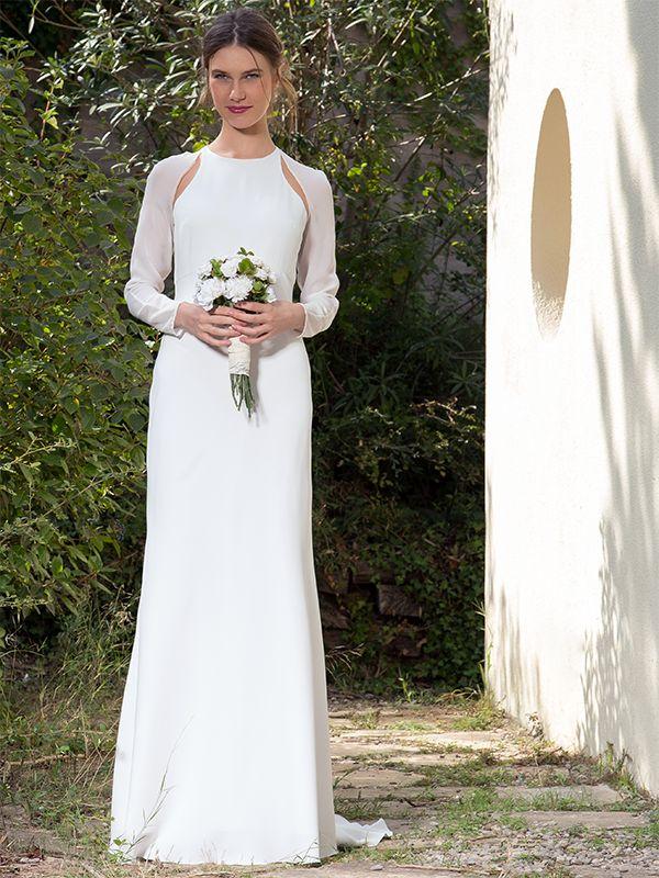 Vestido de Novia liso de crep, cortado al bies y mangas transparentes. Espalda de tejido exclusivo, confeccionado artesanalmente en Atelier de Victoria.