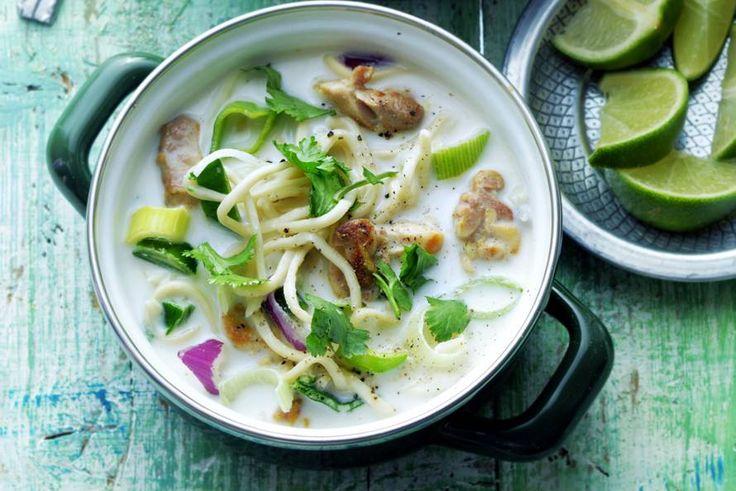 De liefhebber van Oosterse soep kan z'n hart ophalen met deze Thaise klassieker. Met kipdijfilet, gember, kokosmelk en limoen - Recept - Allerhande