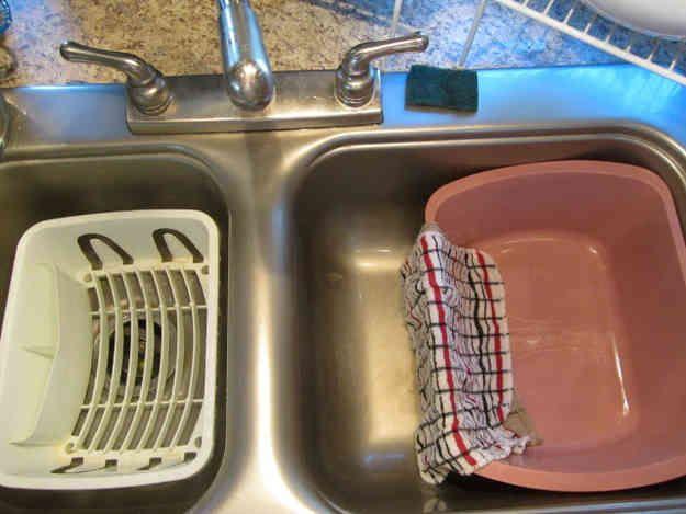 Évier avec une bassine vide pour faire la vaisselle facilement