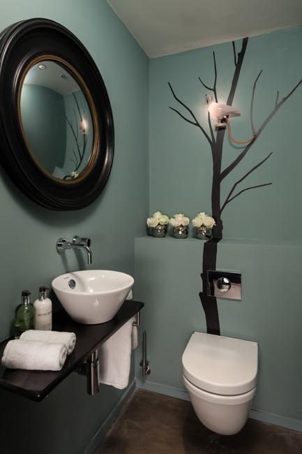 Kleines Badezimmer, das Ideen umbaut, Farbe zum modernen Badezimmer-Design hinzufügend