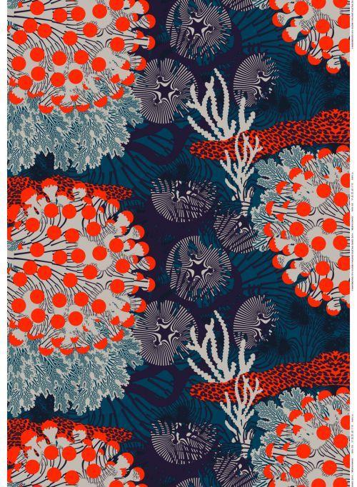 Näkymiä pinnan alta. Suurikokoinen Merivuokko-kuosi esittää satumaisen koralliriutan värikkäitä vesikasveja. Energisen Merivuokko-kuosin on suunnitellut Kustaa Saksi. Hieman eläväpintainen kangas on sataprosenttista pellavaa. Merivuokko-kankaasta saa dynaamisen sisustustaulun, pöytäliinan tai verhot. Voit loihtia siitä myös hengittävän väljän tunikan tai laskoshameen.