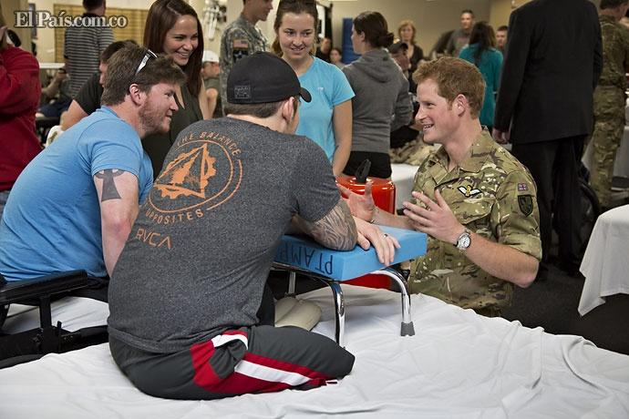 El príncipe Enrique de Gales visitó a soldados heridos en el hospital militar nacional Walter Reed en Bethesda, en Washington.