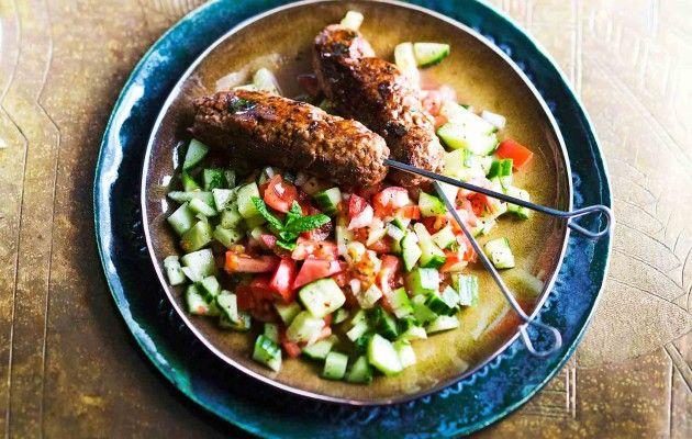 Kofta-vartaat ja shirazi-salaatti