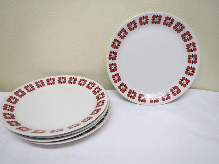 Arabian Eveliina -sarjan leipälautasia, 5 kpl.  Ehjiä, muutamia ruskeita jälkiä näkyy lautasten reunoissa, vähäisiä käytön jälkiä.  Kuvion on suunnitellut Esteri Tomula  Halkaisija 17,5 cm.MYYTY/SOLD