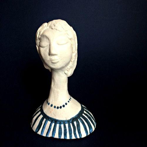 Keramická soška Dívka s pruhovanou halenkou