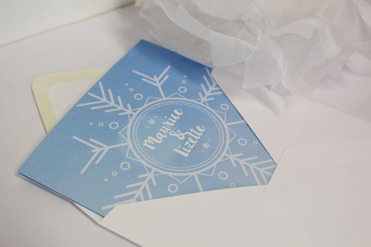 De trouwkaart is perfect voor een bruiloft in het herfst, of winter seizoen dankzij het winterse thema!