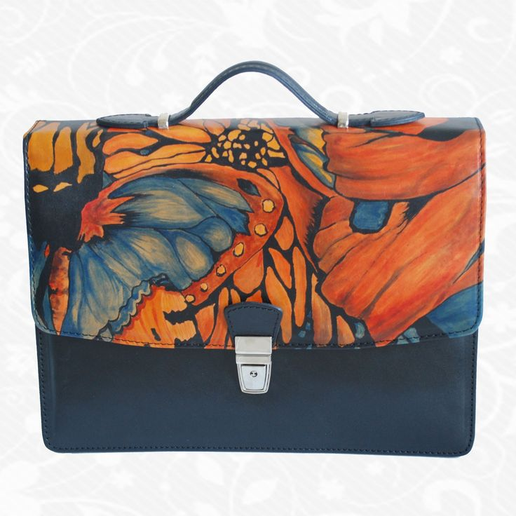 Originálna ručne maľovaná kožená kabelka. Existuje len jeden kus. Každý jeden kus ručne maľovaných výrobkov je umelecké dielo. Kabelka je neopakovateľný originál s nádhernou maľbou.  Motív: Butterflies  http://www.vegalm.sk/