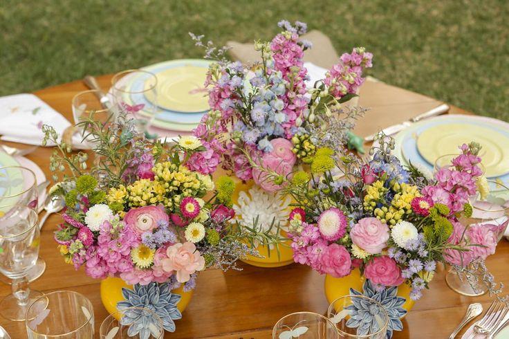 No centro da mesa, a equipe incrível da Milplantas caprichou nos arranjos em candy colors – harmonizando perfeitamente com os tons da louça – levando ranúnculos, orquídeas, rainha margarida, aster, alecrim, goivo, delphinium e calandivas. Cada arranjo foi preparado de uma forma bem desconstruída e cheia de movimento sobre os mais graciosos vasos com flores em alto relevo by Tania Bulhões.