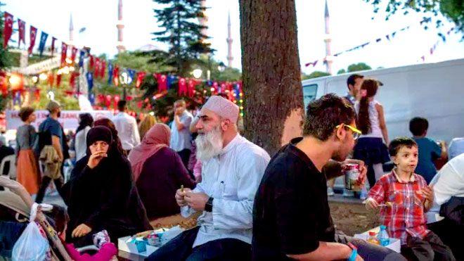 عادات وتقاليد احتفالات الشعوب الإسلامية لاستقبال شهر رمضان يهل شهر رمضان الكريم على اندونيسيا باكستان ماليزيا تايلاند Www Alayyam Info Academic Dress