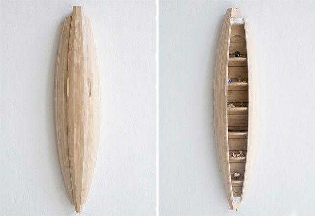 Designer, Jeremy Zietz a créé Collectors Cabinet, une unité de stockage pour les petits objets précieux mais également une pièce sculpturale et murale.  Fabriqué à partir de chêne américain et de laiton, le meuble s'ouvre par la rotation de la partie avant, ce qui vous permet de voir l'intérieur sculpté et les étagères. Sa forme de coque a pour but d'évoquer le voyage et l'aventure. Jeremy Zietz s'est servi de la technique de la tonnellerie: fabriquer des récipients en bois courbés...