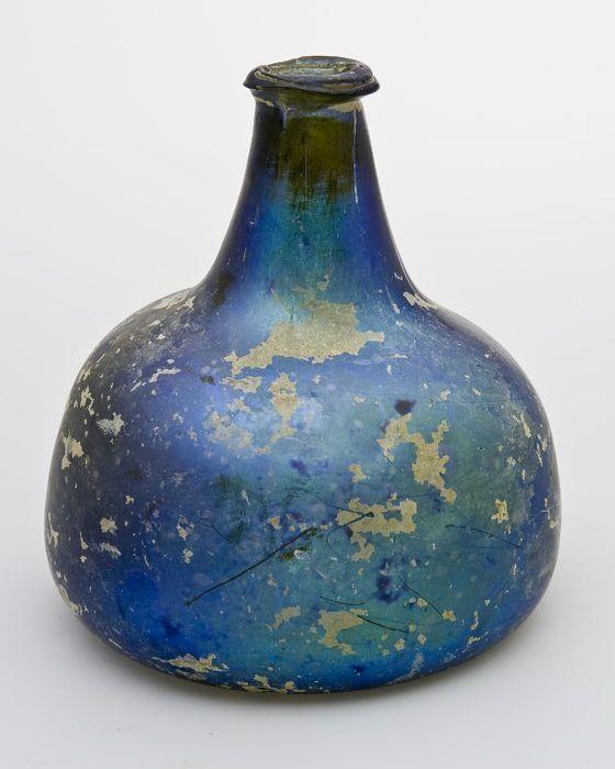 Rondbuikige fles met afgeplatte zijden in helder lichtgroen glas, geiriseerd, 1700 - 1750