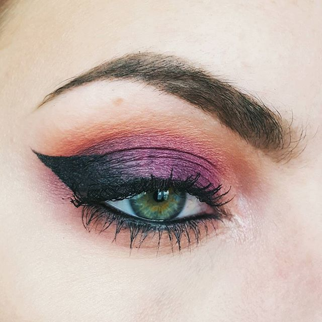 Today I used my new @karity eye shadow palettes. I used the shadows Birthday Suit, ABC, Burlesque and Cougar from the Smokey Palette. And on the inner corner I used Patina from the Frost Palette.  Eye liner is Physician's Formula Eye Booster in Ultra Black. Mascara is I Love Extreme Volume Waterproof Mascara by @essence_cosmetics.  Brows @anastasiabeverlyhills Dipbrow in Dark Brown. ▫▫▫▫▫▫▫