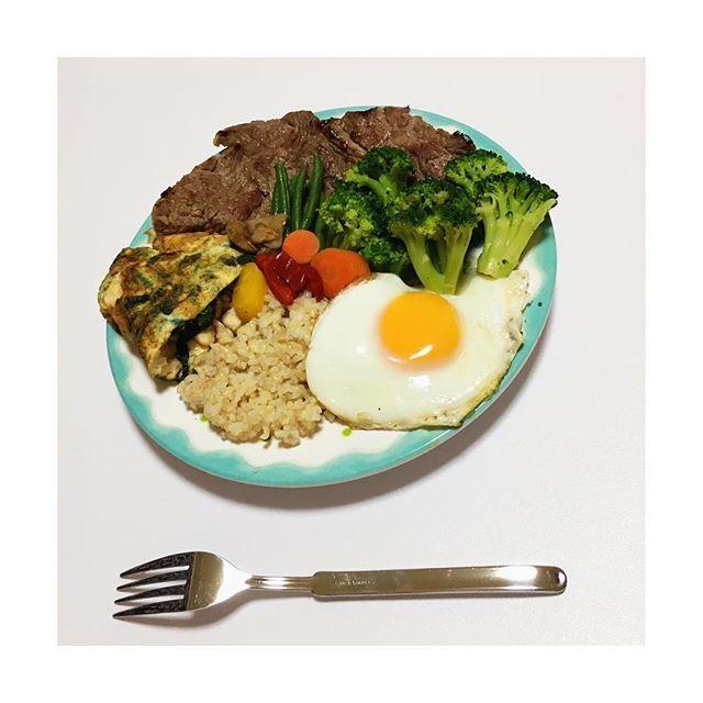. . 明日の筋肉 モーニングプレート😋🍴 . 玄米 目玉焼き 胸肉50gとほうれん草の白身(3つ)のオムレツ 牛肉150gステーキ 温野菜 味付けは塩こしょう🍀 . マクロは今回も抜群☺️ タンパク、脂質、炭水化物と 自分の体にとって必要な量を しっかり計算した上でのプレートです🍖 . 盛り付けはセンスないので お許しくださいませ😂💦💦 . これを楽しみに 今夜も勉強して眠りまーす😋✨ . #筋トレ #筋肉 #肉体改造 #減量 #調整  #変化 #肉 #鶏肉 #牛肉 #タンパク質  #ビタミン #糖質制限 #赤身 #計画 #努力  #朝食 #お弁当 #料理男子 #筋肉弁当 # . #insta #Enjoy #instafit #Gym #Workout #fitness #Best #Meat #like4like #instagood #instalike