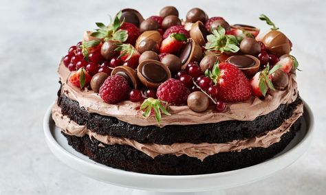 Black Magic Chokoladekage med mousse, chokolade og bær : Her får du opskriften på en chokoladedrøm, også kendt som Black Magic, fyldt med blød chokolade mousse og toppet med friske bær, Toffifee og andet lækkert chokolade. - Se de lækre opskrifter fra Dr. Oetker.