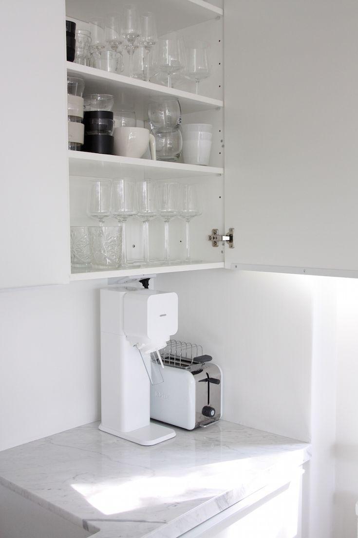 Homevialaura   Moderni valkoinen keittiö   marmori   keittiötaso   marmoritaso   kivitaso   Carraran marmori   Loimaan Kivi www.loimaankivi.fi/sisustuskivet