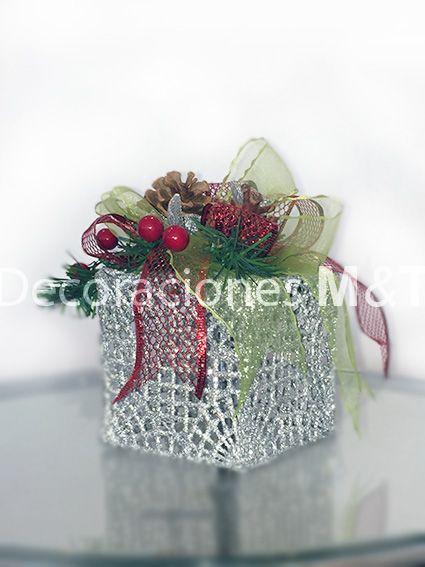 Hermosa caja de regalo ideal para decorar un ambiente navideño. Se puede iluminar con luces de navidad blanca para un efecto diferente