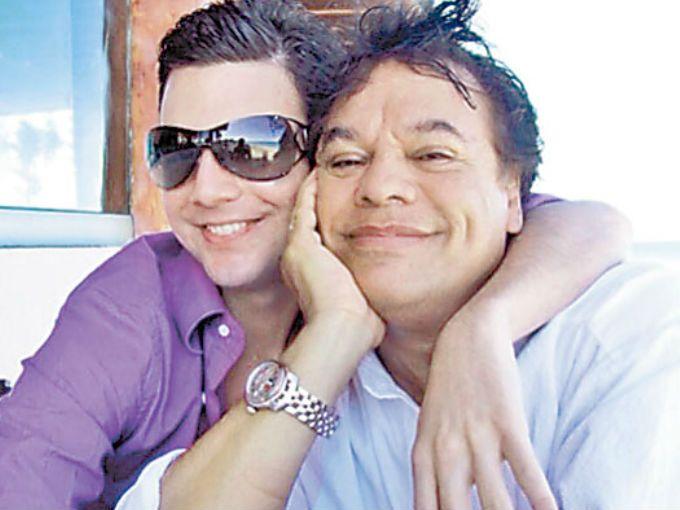 La repentina muerte de Juan Gabriel arroja nueva información. De acuerdo con el servicio de emergencias 911, el Divo de Juárez murió acompañado.Uno de los empleados del cantante fue quien llamó al 911 para que la ambulancia llegara lo más rápido posible a la casa de Juan Gabriel en California, Estados Unidos.