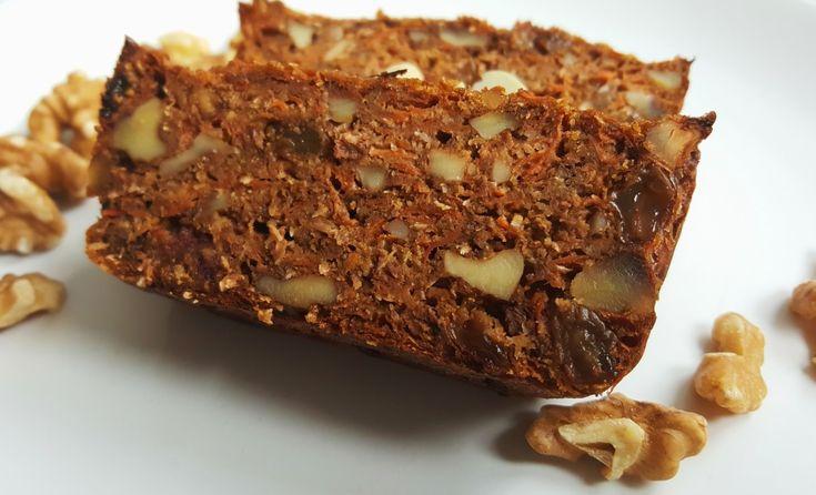 Dziś na blogu przepis na ciasto marchewkowe w wersji fit. Ciasto pięknie pachnie cynamonem i orzechami. Jest stosunkowo mało słodkie z uwagi na brak cukru w składzie, jednak mi ta delikatna słodycz bardzo odpowiada. Ciasto jest mocno marchewkowe, zaś słodki smak zapewniają mu rodzynki i daktyle. W mojej wersji dodałam jeszcze dodatkowy słodzik pod postacią karobu, jednak jeśli nie macie go w domu, to dobrze sprawdzi się też miód lub syrop klonowy. Zamiast mąki orkiszowej możecie użyć innej…