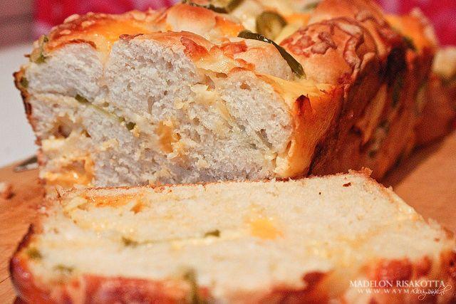 Kaasbroodjes uit de winkel? Vergeet ze maar! Met dit kaasbrood met stukjes jalapeño scoor je hoge punten bij elke kaasliefhebber.